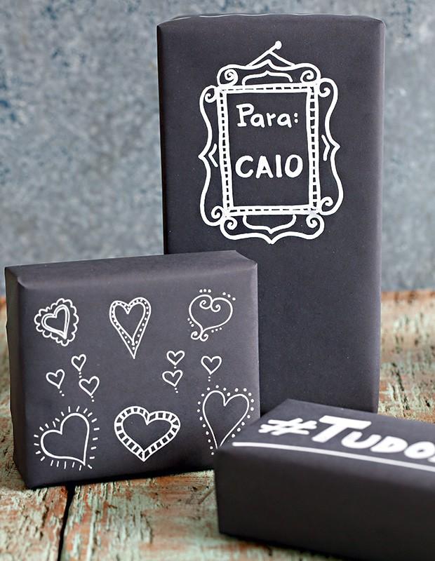Com papel preto e caneta de tinta branca, os presentes dispensam cartões  (Foto: Elisa Correa/Editora Globo)
