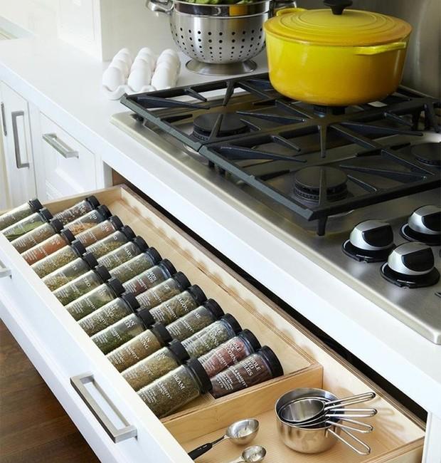 Use a gaveta mais próxima do fogão ou cooktop para armazenar os temperos. Outra dica é colocá-los em pequenos potinhos cilíndricos. Enquanto você estiver cozinhando, é só deslizar o compartimento e incrementar as receitas com os condimentos que mais lhe a (Foto: Reprodução/Pinterest)