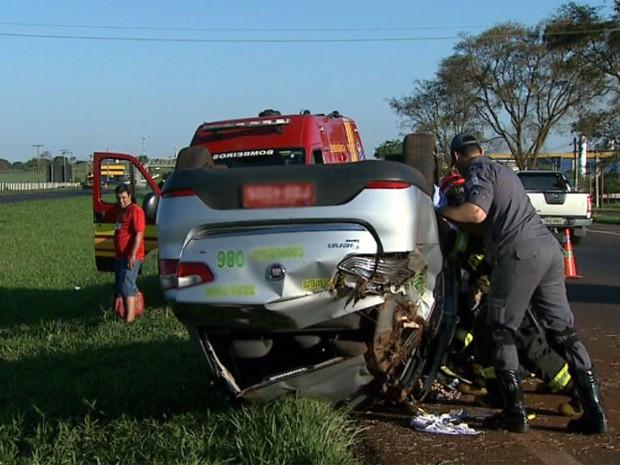 Táxi capotou e cinco pessoas ficaram feridas na Rodovia Anhanguera, entre Ribeirão Preto e Jardinópolis (Foto: Chico Escolano/EPTV)