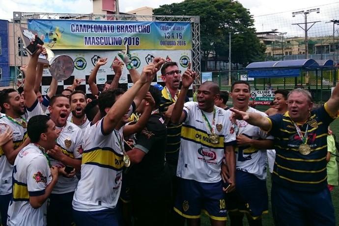 Jogadores do Mendes fazem a festa com a taça de campeão brasileiro de futebol 7 (Foto: Rodrigo Oliveira)