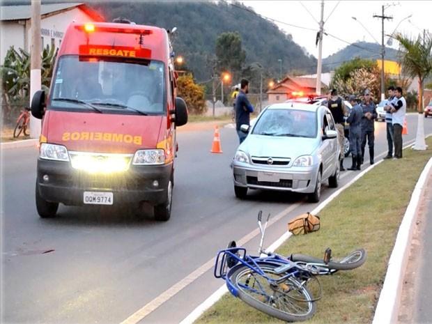 Ciclista ficou gravemente ferido ao ser atropelada na BR-459, em Itajubá (Foto: Luciano Lopes)
