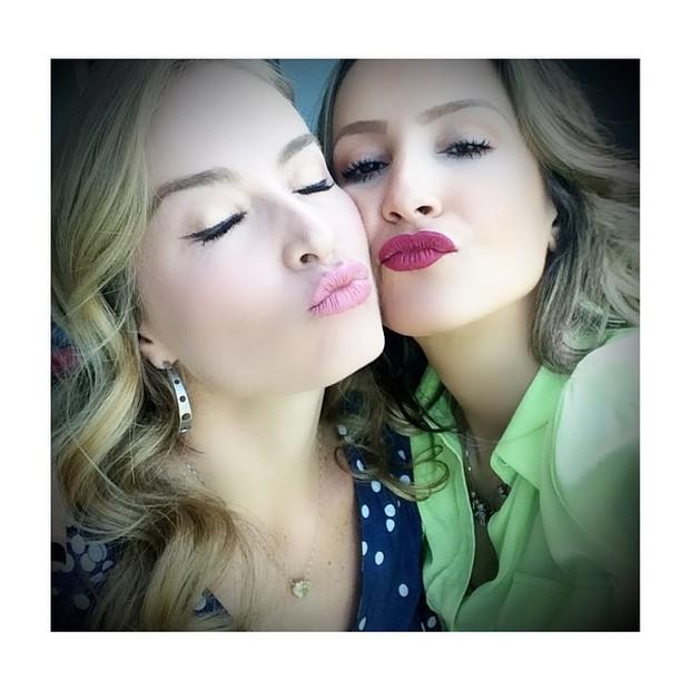 Angélica e Claudia Leitte posam para selfie (Foto: Instagram/ Reprodução)