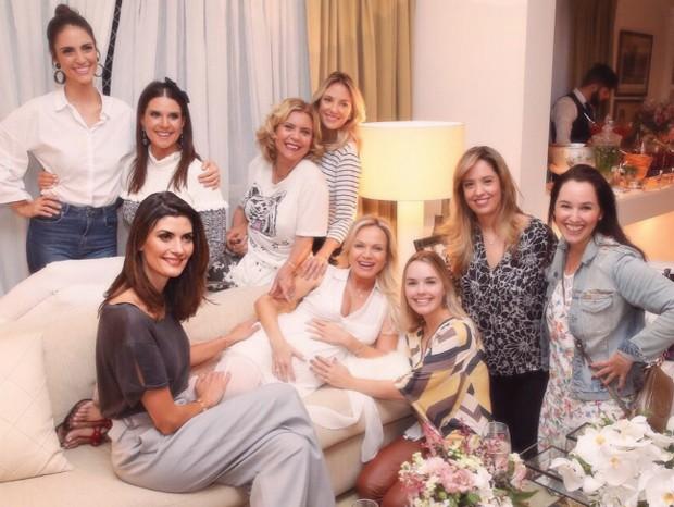 Eliana rodeada de famosas em chá de bebê de Manuela (Foto: Manuela Scarpa/Brazil News)