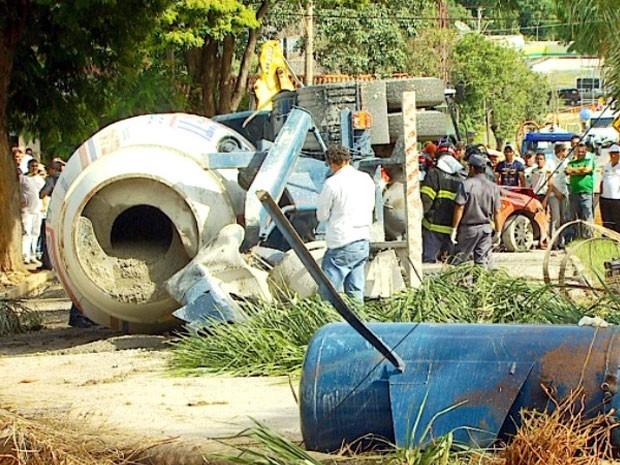Motorista morre após bater betoneira em ônibus e carros em Hortolândia, SP (Foto: Reprodução / EPTV)