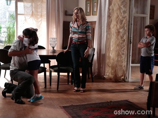 Tita reaparece e deixa o pai bastante aliviado (Foto: Felipe Monteiro / TV Globo)