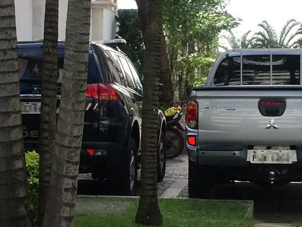 Polícia Federal cumpre mandados na casa de empresário no Horto Florestal (Foto: Andreia Silva/ TV Bahia)