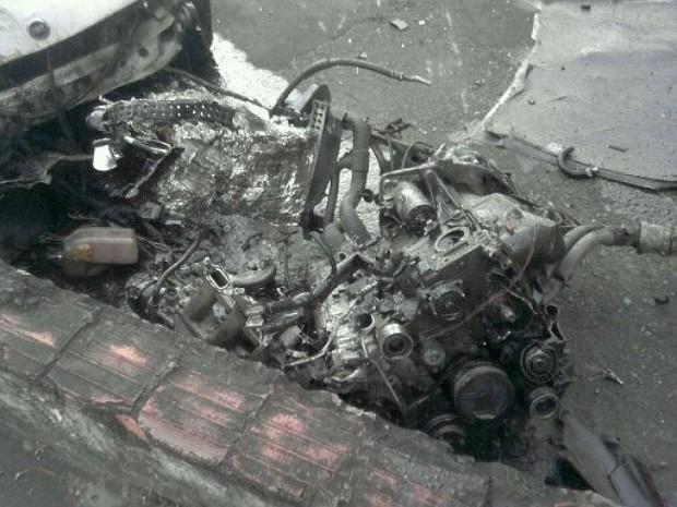 Partes do automóvel ficaram espalhadas pela Avenida Carlos Lindemberg, em Vila Velha (Foto: Gabriela Ribeti/ TV Gazeta)