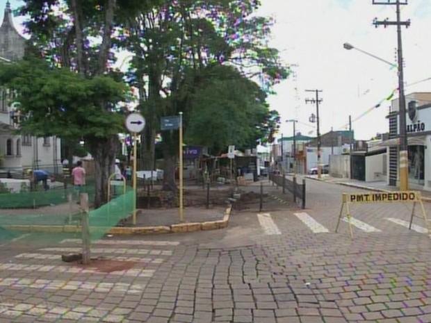Ruas ao redor da igreja estão interditadas após avaliação da Defesa (Foto: Reprodução/ TV TEM)