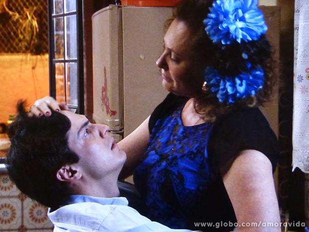 Márcia e Félix se emocionam com revelação (Foto: Amor à Vida / TV Globo)