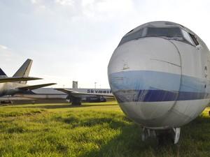Aviões abandonados no 'cemitério' do aeroporto de Viracopos, em Campinas (Foto: Leandro Filippi / G1)