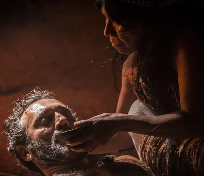 Curandeira tenta reanimar Santo (Foto: Inácio Moraes/ Gshow)