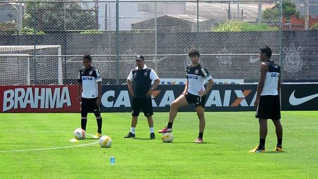 alexandre Pato, Jorge Henrique e Paulinho corinthians batendo faltas (Foto: Diego Ribeiro)