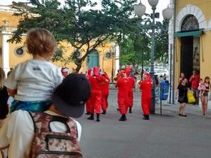 Crianças param com seus pais para ver a banda  (Foto: Valéria Martins/G1)