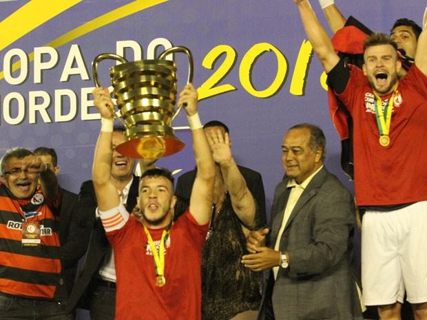 Campinense recebe taça da Copa do Nordeste (Foto: Leonardo Silva/ Jornal da Paraíba)