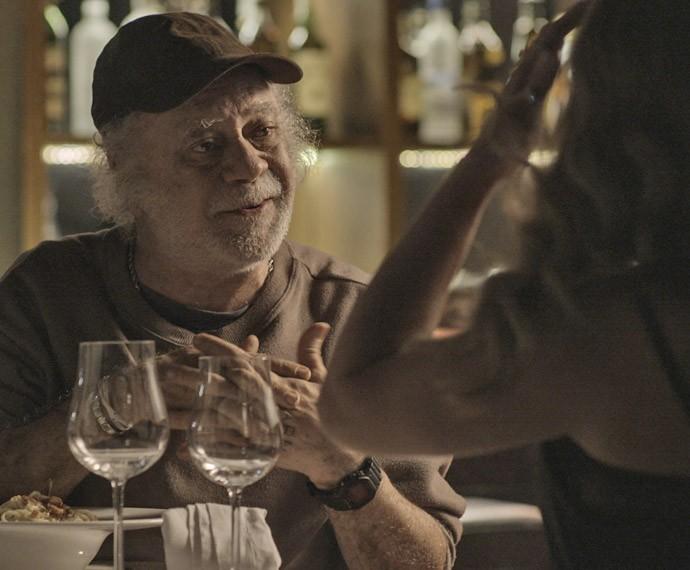 Ascânio abre o bico em conversa com a loira em troca de um banquete (Foto: TV Globo)