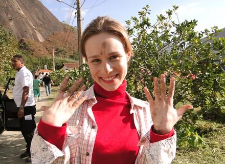 Mariana Ximenes encara com bom humor gravação de cena com lama