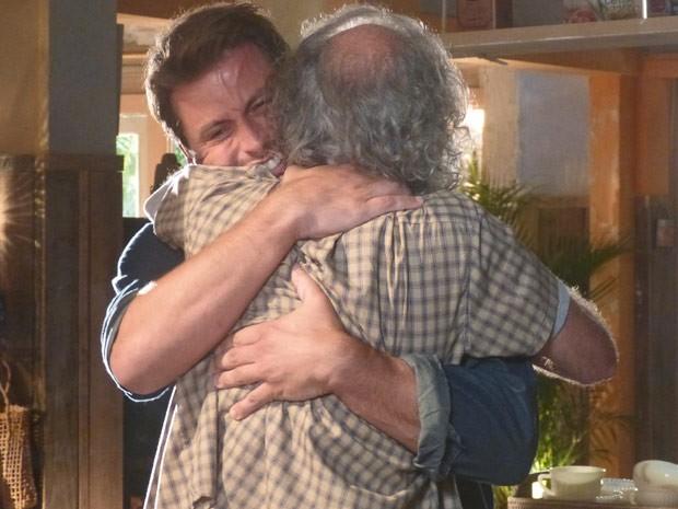 Pai e filho se reencontram depois de tantos anos (Foto: Flor do Caribe/ TV Globo)