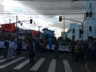 Desempregados fazem protesto pelas ruas e avenidas de Cubatão, SP