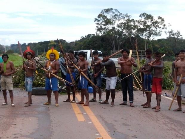 Com flechas, índios interditam rodovia pelo 5º dia (Foto: Assessoria/ PRF-MT)