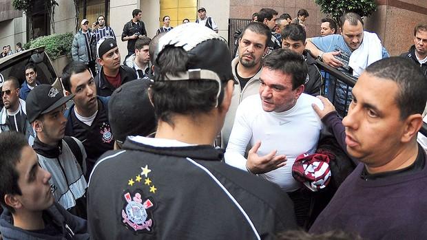Andres Sanchez discute com torcedores do Corinthians, Ingressos (Foto: Marcos Ribolli  / Globoesporte.com)