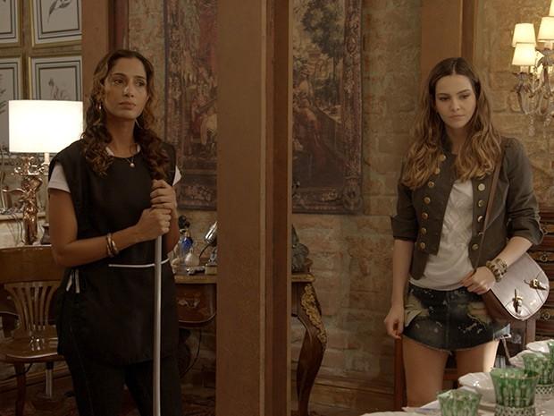 Cris dá de cara com Regina e adora o que vê ... (Foto: TV Globo)