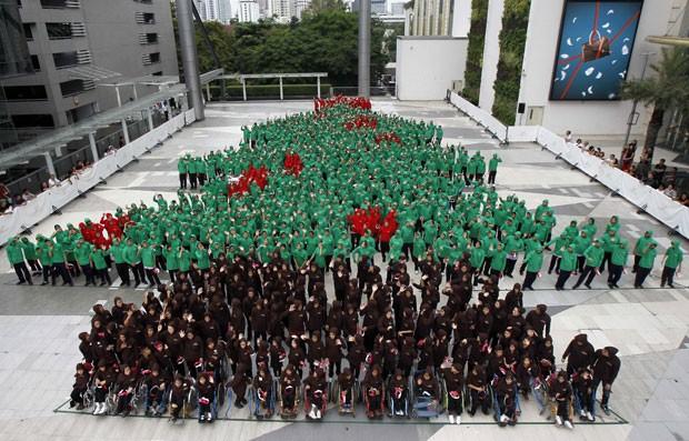 Grupo de 852 estudantes formou árvore de Natal humana na tentativa de entrar para o Guinness (Foto: Chaiwat Subprasom/Reuters)