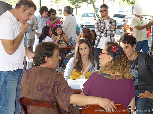 Elenco passa o texto sob os olhares do diretor Marcelo Travasso (Foto: Amor à Vida / TV Globo)