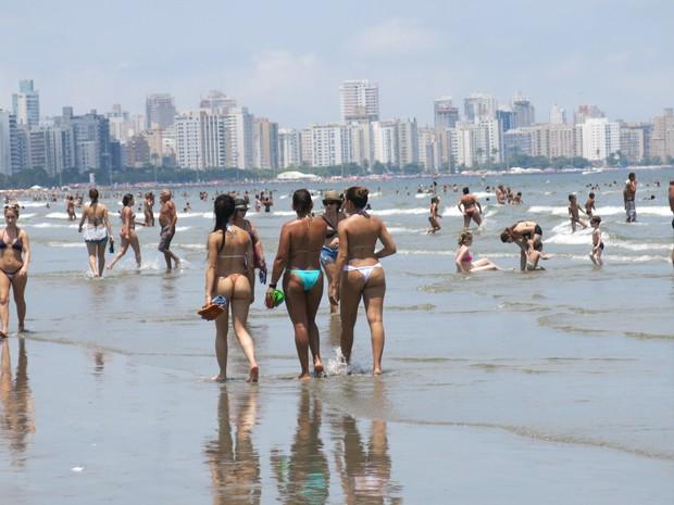 Mulheres aproveitam para passear a beira mar (Foto: Rodrigo Martins/G1)