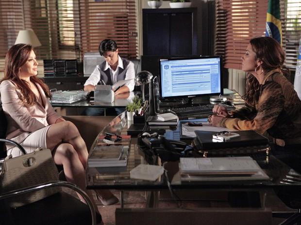 Lívia procura Helô para obter informações sobre investigação  (Foto: Salve Jorge/ TV Globo)