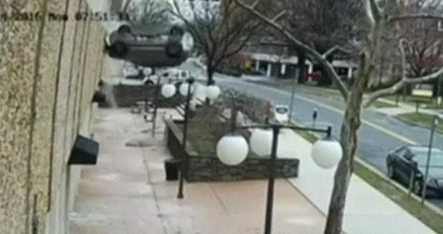 Mulher de 23 anos atingiu barreira de concreto ao entrar numa vaga e veículo despencou de quarto andar (Foto: Reprodução)