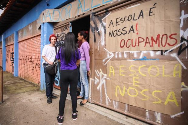Estudantes ocupam a Escola Estadual     Salvador Allende, no bairro José     Bonifácio, na zona leste de São Paulo, contra a reorganização nas escolas da rede estadual pelo governo Geraldo Alckmin  (Foto: ALE VIANNA/ELEVEN/ESTADÃO CONTEÚDO)