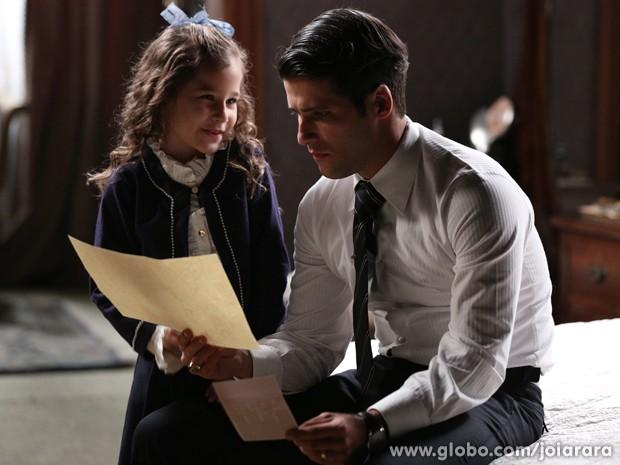 Franz fica intrigado com o desenho da filha (Foto: Joia Rara/TV Globo)