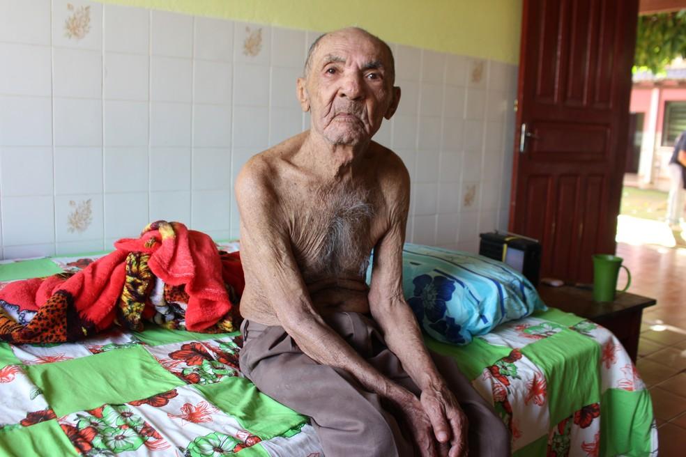 Seu Inácio Ferreira, de 100 anos, cortou o cabelo e fez a barba durante a ação (Foto: Júnior Freitas/G1)