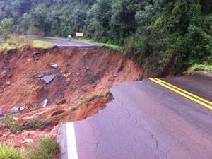 Na SC-155, em Xanxerê, pista desmoronou na manhã deste domingo (Foto: Tito Bossini/Divulgação)