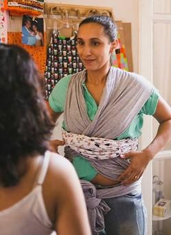 Danielle ensina a utilizar o sling (Foto: Divulgação/EcoJuba)