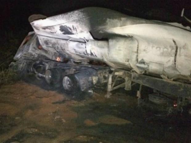Notícias de Nova Mutum : Caminhão-tanque que transportava diesel tomba e pega fogo