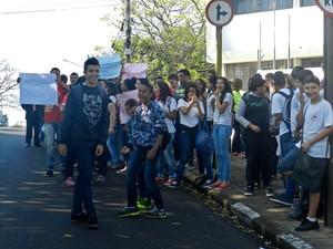 Alunos se manifestaram na manhã desta quinta-feira (1º) (Foto: Stephanie Fonseca/G1)