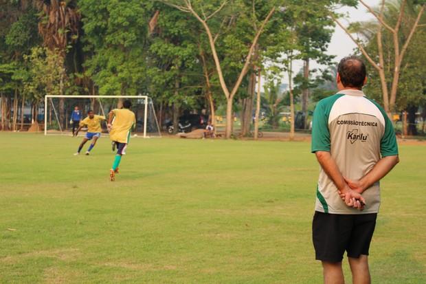 Marcos Sequetto observa o treino do Rondoniense (Foto: Michele Carvalho)