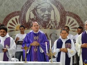 Dom Magnus Henrique Lopes, bispo da diocese de Salgueiro, celebrou missa em homenagem a Gonzagão (Foto: Luna Markman/G1)