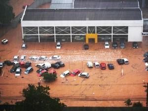 Concessionária no bairro do Morumbi teve os carros inundados (Foto:  Valérie Tinguely/VC no G1)