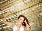 Carla Prata posa de biquíni em praia do Rio