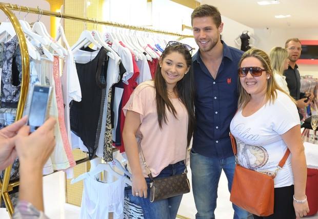 Jonas tira foto com fãs em loja em São Paulo (Foto: Francisco Cepeda / AgNews)