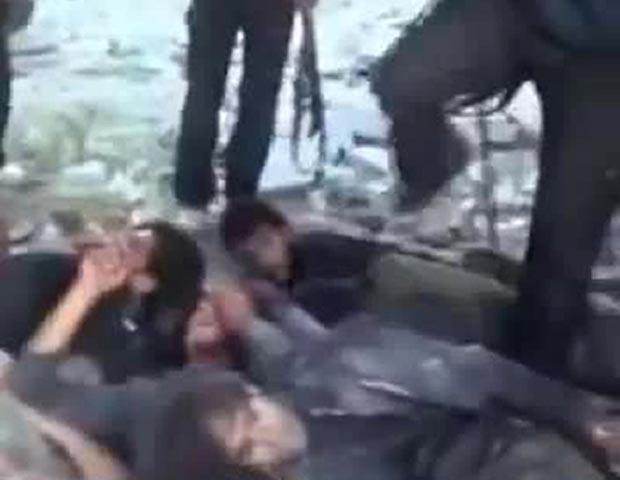 Imagem divulgada por rebeldes mostra o que seriam soldados do regime sírio sendo chutados antes de serem executados (Foto: AP)