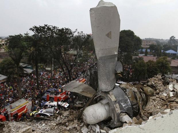 Uma hélice do avião militar indonésio C-130 é vista sobre o telhado de um prédio após queda do avião em Medan, no norte da ilha de Sumatra, na Indonésia (Foto: Roni Bintang/Reuters)