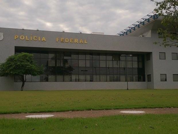 Presos foram levados para a sede da PF em Foz do Iguaçu  (Foto: Giovani Zanardi / RPC )
