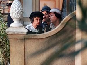 Beatas flagram Sinhazinha entrando na casa de Osmundo (Foto: Gabriela / TV Globo)