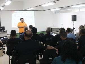 Guardas civis escutam palestra durante curso (Foto: Divulgação/ Prefeitura Municipal de Guarujá)