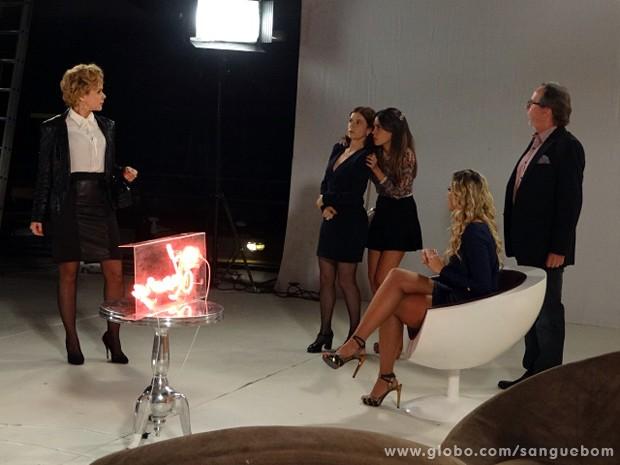 A diva entra de surpresa para tirar satisfações com Mel e Sueli (Foto: Sangue Bom/TV Globo)
