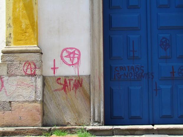 Imagens mostram inscrições com nomes e símbolos satânicos. (Foto: Museu de Arte Sacra de Ouro Preto/Divulgação)