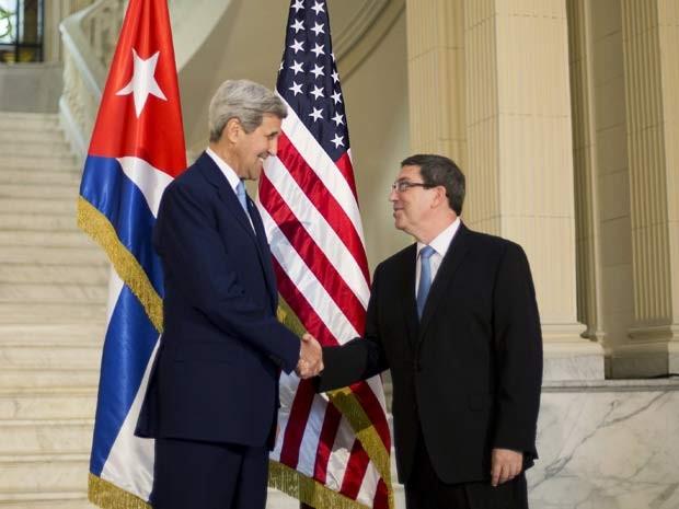 John Kerry e o chanceler cubano Bruno Rodriguez apertam as mãos antes de se reunirem no ministério das Relações Exteriores de Cuba nesta sexta (14); líderes se reuniram apó reabertura oficial da embaixada dos EUA em Havana (Foto: REUTERS/Pablo Martinez Monsivais/Pool)